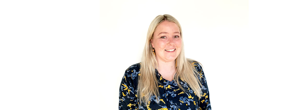 Camilla Olsen portræt foran hvid baggrund